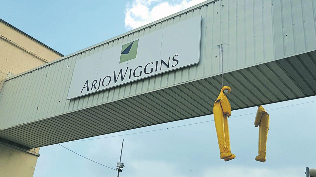Sur le site de l'usine Arjowiggins à Bessé-sur-Braye dans la Sarthe, deux mannequins pendus surplombent la route.