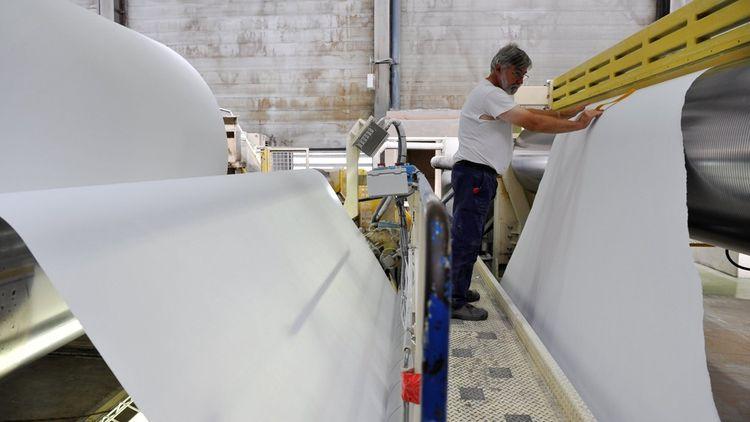Lancement d'une nouvelle bobine de papier Satimat Green de 4 m sur 20 km, pour la production de papier de luxe destiné à l'édition