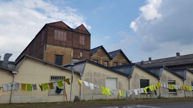 Lers salariés du site ont écrit leur colère sur les murs de l'usine et sur des dizaines de tee-shirts
