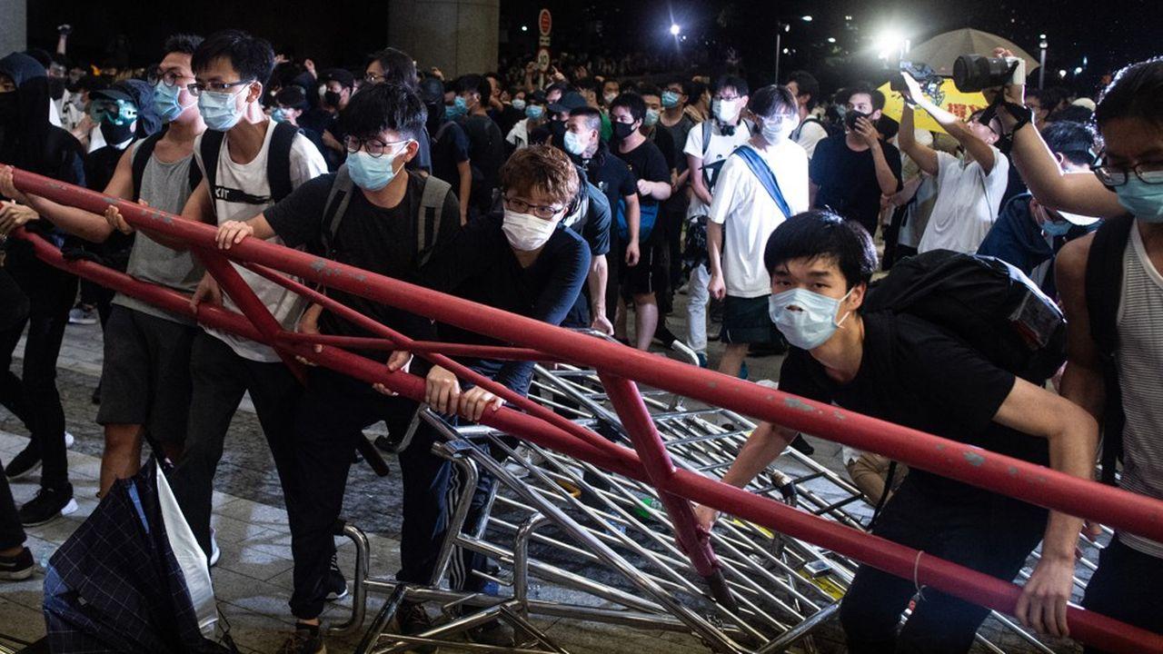 Des manifestants montent des barricades à proximité du LegCo de Hong Kong lors de la manifestation géante contre le projet de loi sur l'extradition en Chine.
