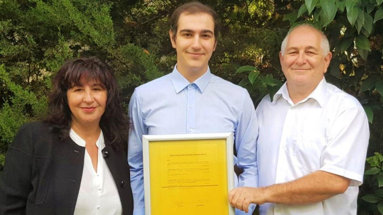 Créée par Driss Fantini (au centre), la start-up AmyPore valorise les travaux de recherche des professeurs Nouara Yahi (à gauche) et Jacques Fantini (à droite), à l'université d'Aix-Marseille.