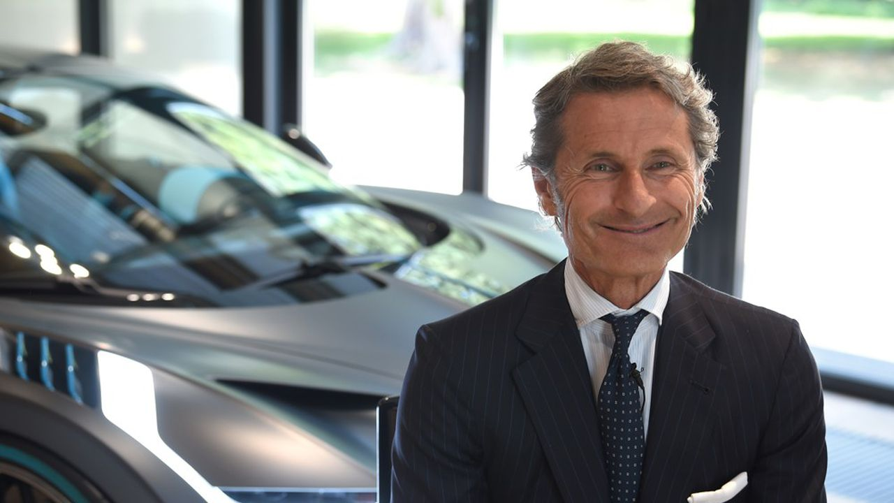 Le président de Bugatti, Stephan Winkelmann, devant une Bugatti Divo.