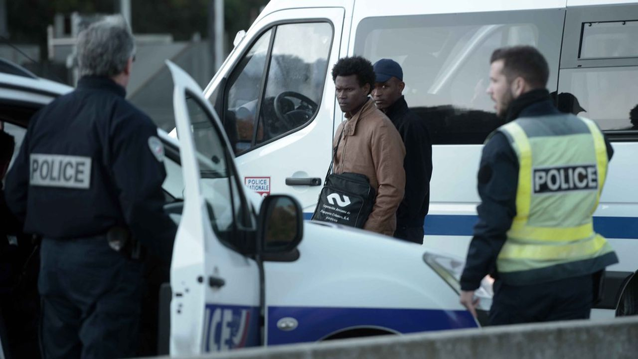 Arrestation de migrants par la police française.