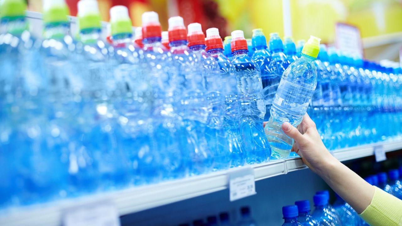 Attaquées pour leur contribution à la pollution de l'environnement au travers des bouteilles de plastique, les majors de l'industrie alimentaire s'efforcent de montrer patte blanche.