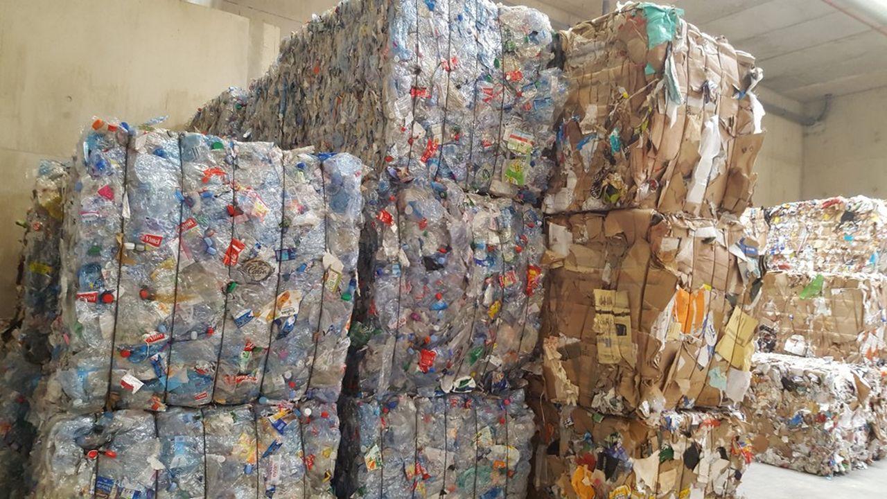 «50 types de résines c'est trop, et certaines sont non recyclables, elles perturbent les chaînes de tri», s'est insurgé Jacques Gautier, président du Syctom, le syndicat de gestion des déchets franciliens, lors de l'inauguration le 6juin du centre de tri du 17e arrondissement parisien.