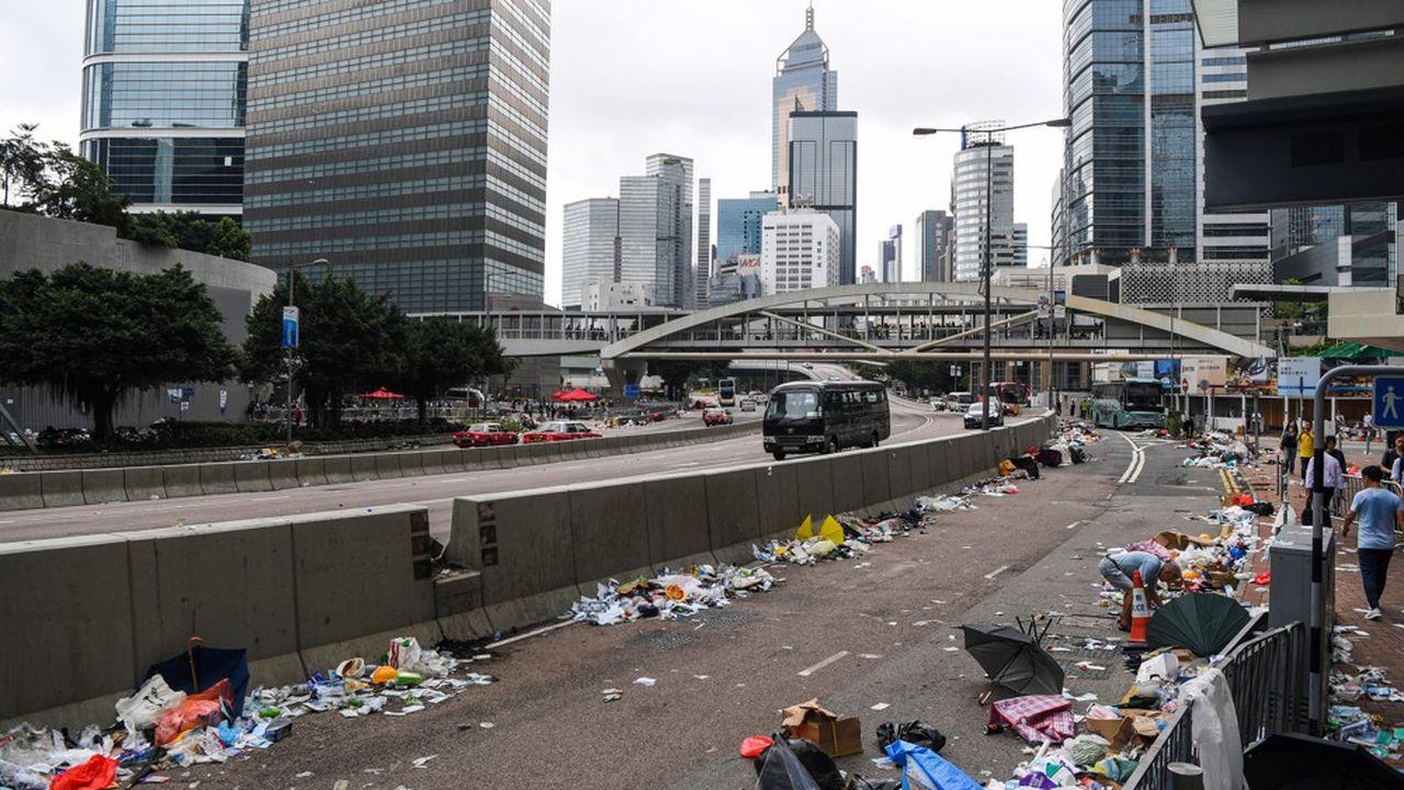 Les éboueurs s'efforçaient de nettoyer les rues aux abords du Legco, le Parlement local, où s'étaient tenues la veille de violentes échauffourées