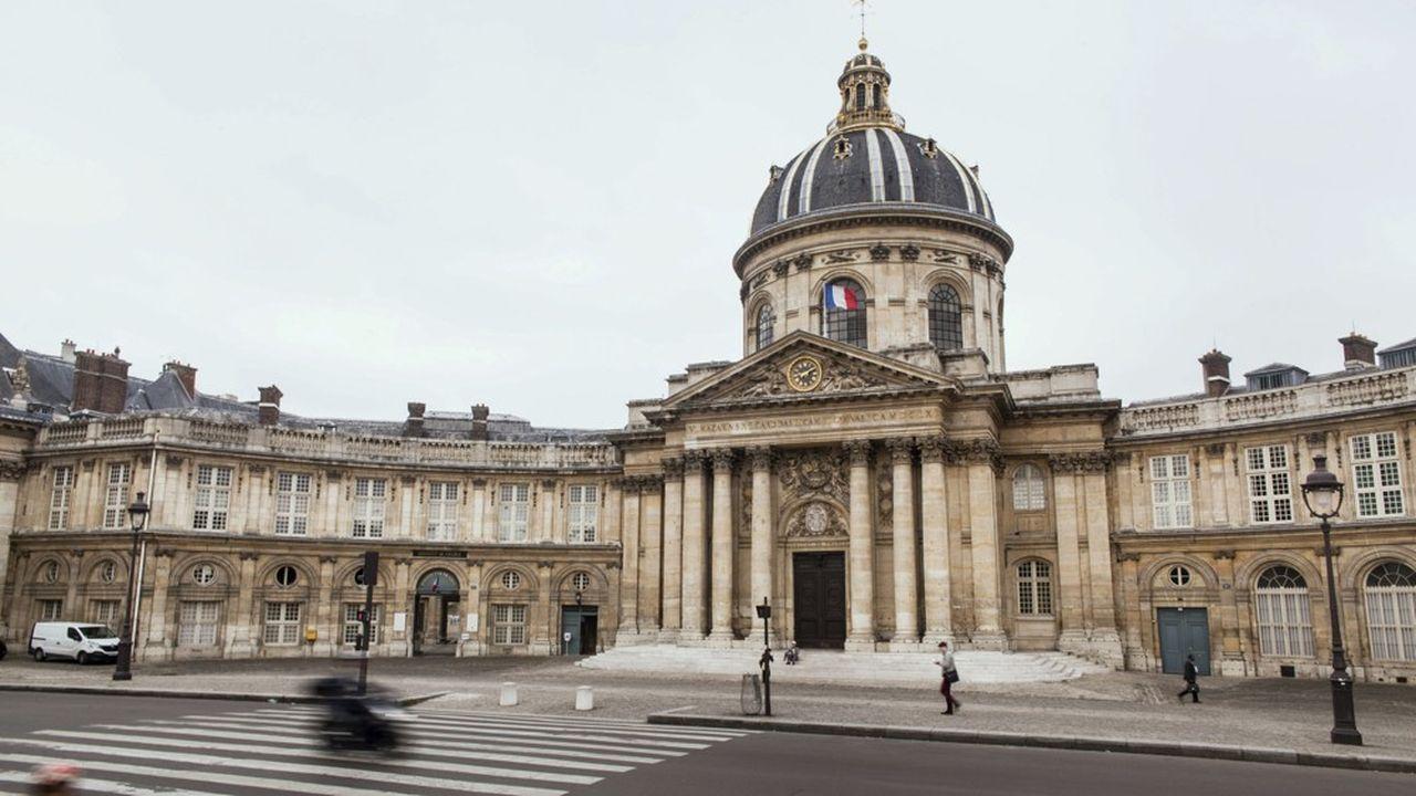 Parvis et coupole de l'Institut de France qui abrite, entre autres, l'Académie Francaise, quai de Conti.