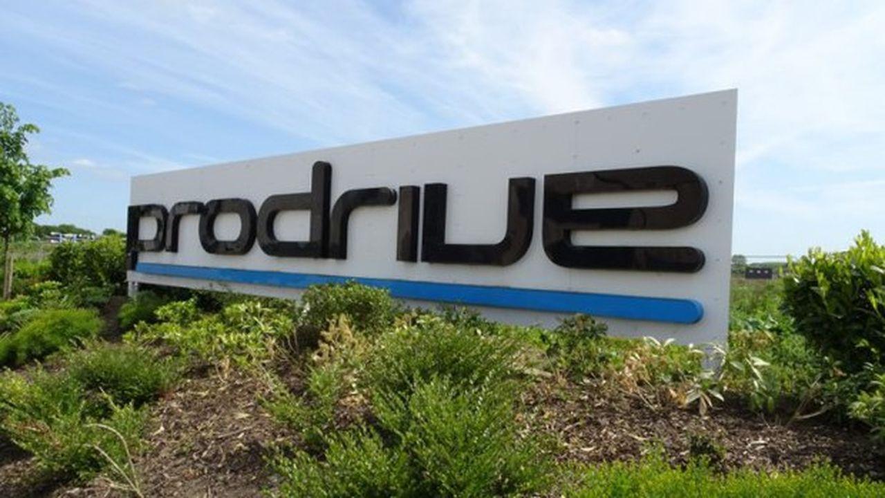Employant 500 salariés répartis sur le site de Banbury, juste à côté de l'usine de Haas F1, Prodrive cumule 500 podiums et 300 victoires en 1.200 courses sur circuit et en rallye.