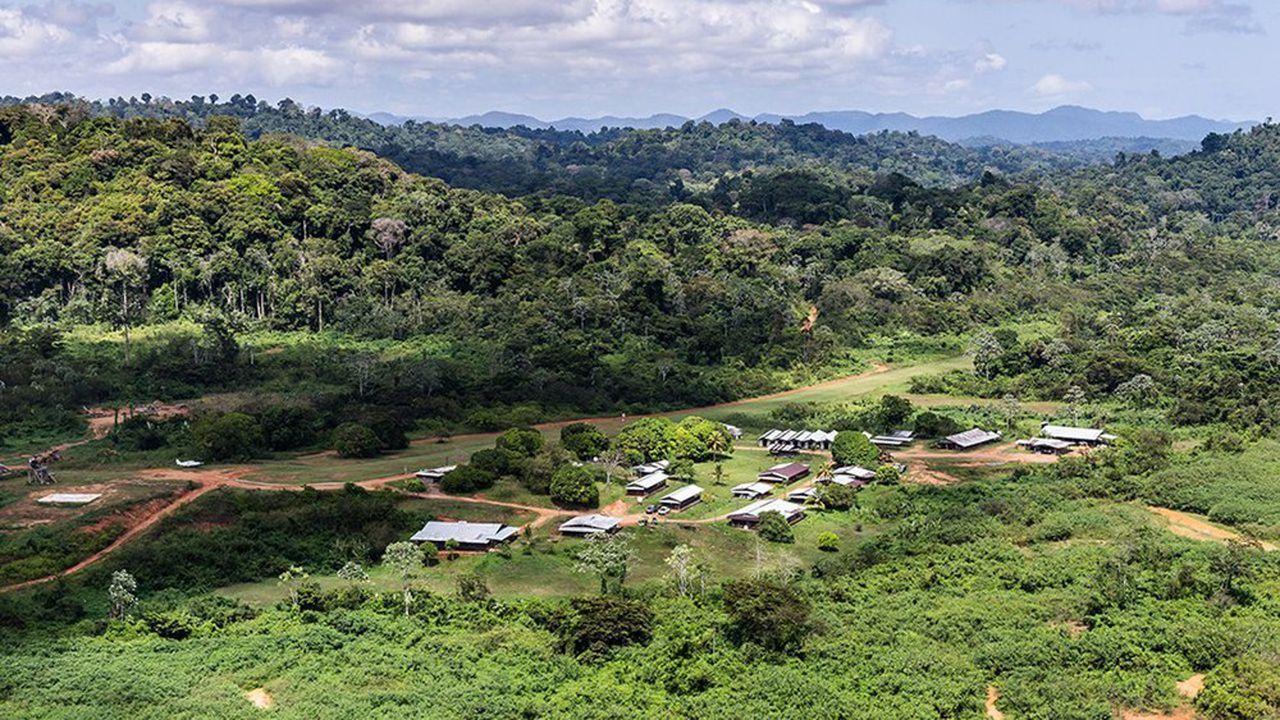 Vue aérienne du camp de base du projet Montagne d'or en Guyane.