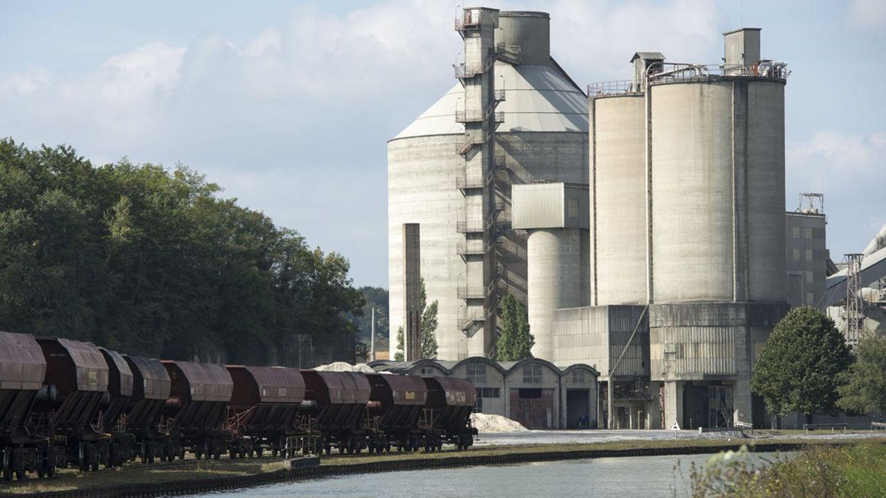Une usine de ciment.