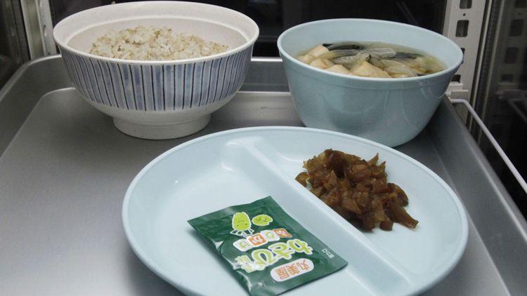 Un plateau de petit déjeuner à la prison de Kosuge