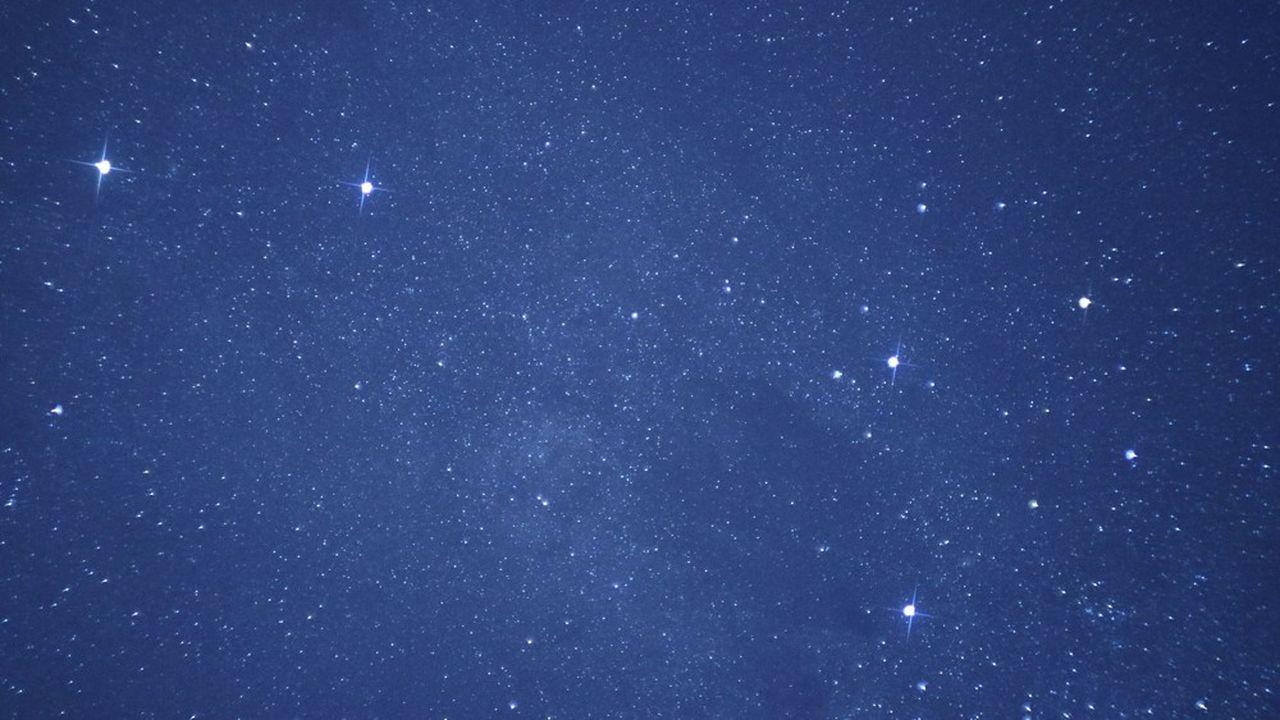 Le système stellaire d'Alpha du Centaure est constitué d'une étoile double à laquelle s'ajoute une naine rouge, Proxima Centauri, étoile la plus proche du Soleil. Il abrite au moins une exoplanète.