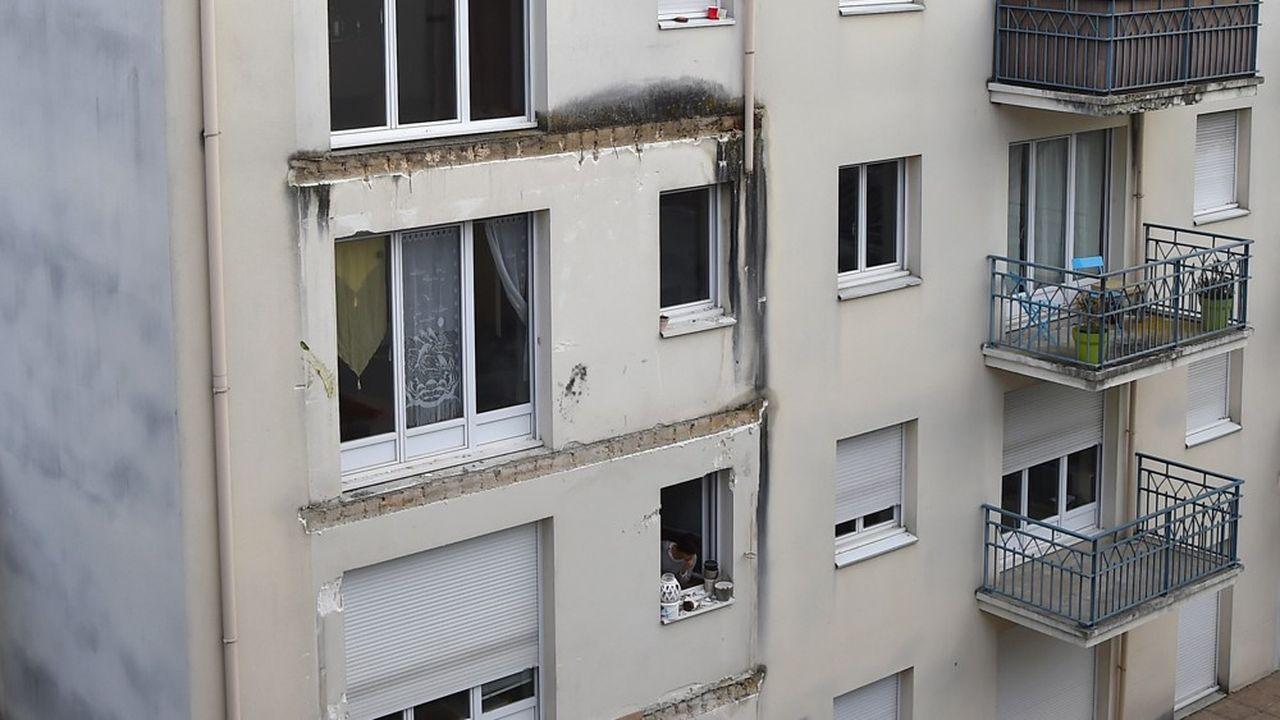 Après l'effondrement en 2016 d'un balcon à Angers, qui avait fait quatre morts et 14 blessés, cinq personnes ont été mises en examendontl'architecte (cabinet Rolland), trois personnes de l'entreprise de gros oeuvre (Bonnel) et le chargé d'affaires de l'APAVE