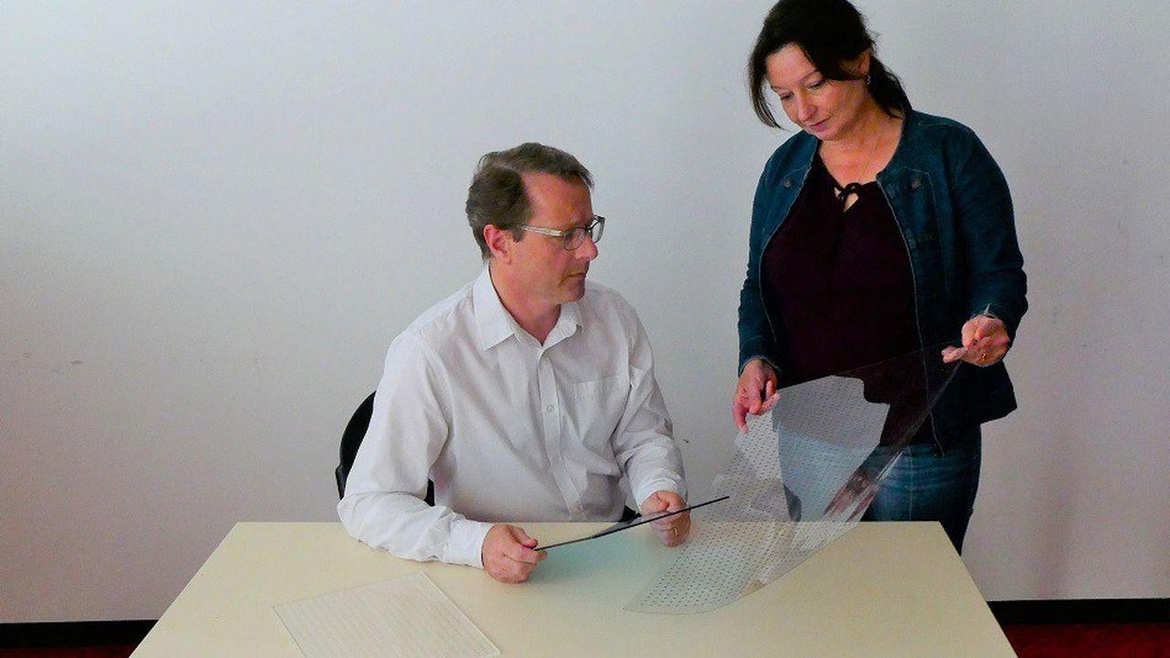 François et Nathalie Capitaine, créateurs de la Mostiglass, qui permet de faire davantage passer la lumière qu'une moustiquaire traditionnelle.
