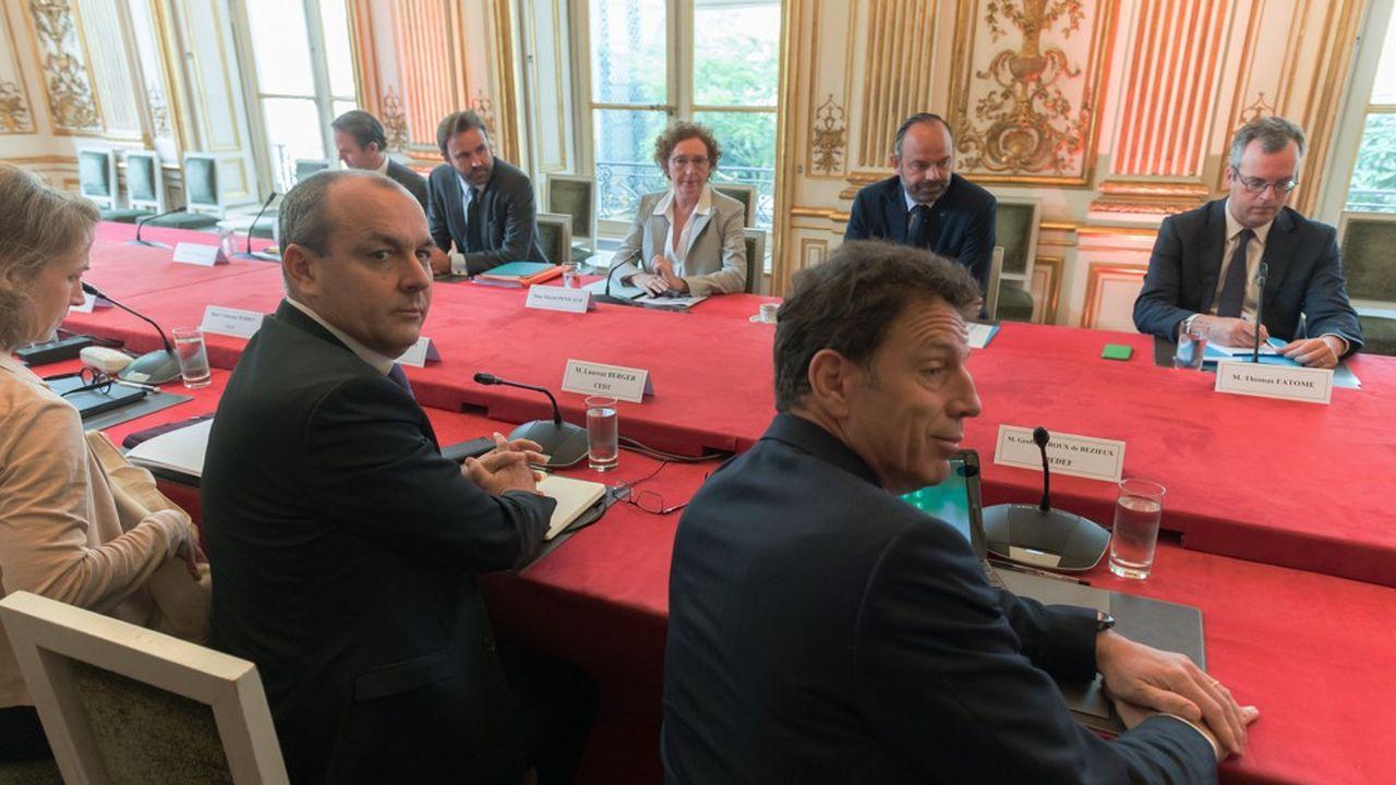 De dos Laurent Berger (CFDT) etGeoffroy Roux de Bezieux (Medef) face àMuriel Pénicaud et Edouard Philippe, ce matin lors de la réunion de présentation de la réforme de l'assurance-chômage.