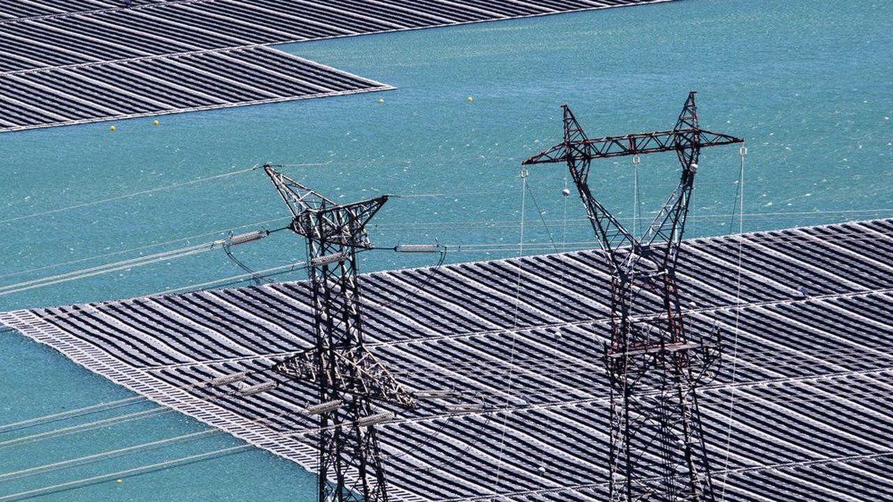 Des panneaux photovoltaïques installés sur un lac par Akuo Energy.