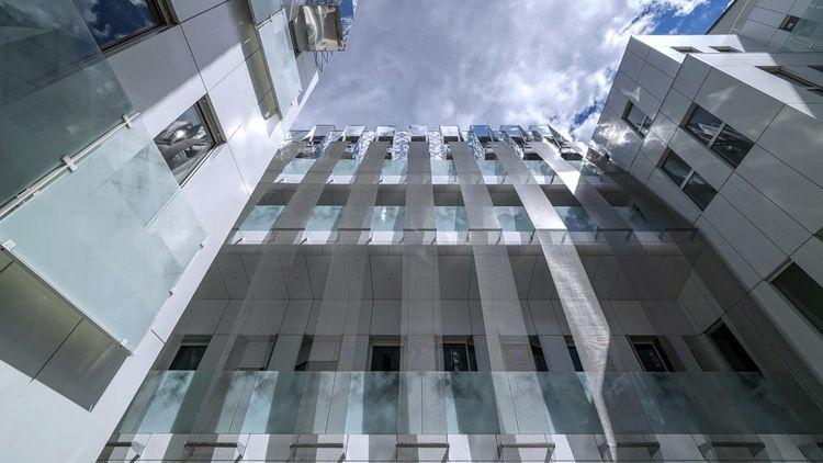 L'immeuble de la rue Victor Schloecher à Paris a été construit à des fins de logement, puis transformé en bureaux avant d'être reconverti en immeuble d'habitation.