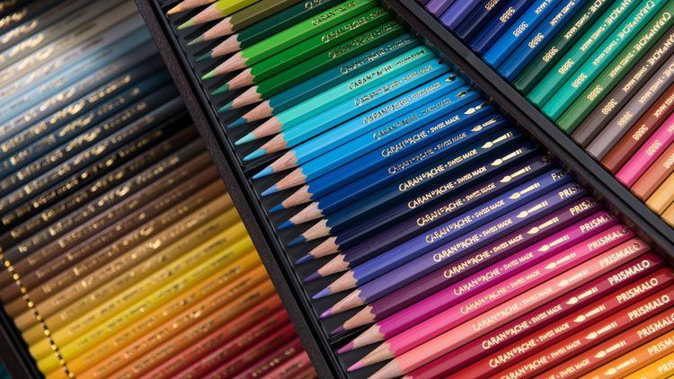 Caran d'Ache utilise une centaine de pigments pour composer les 400 couleurs de la palette de ses crayons.