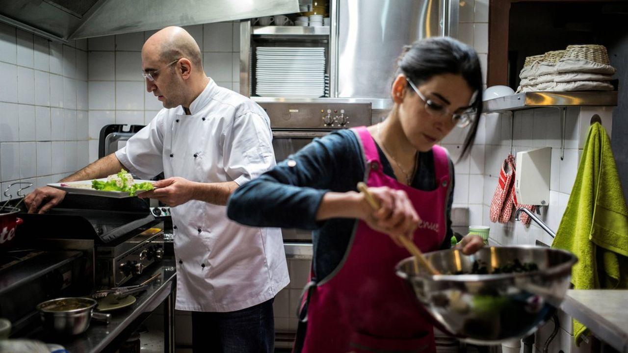 Les réfugiés trouvent souvent des emplois dans les métiers en tension tels que la restauration.
