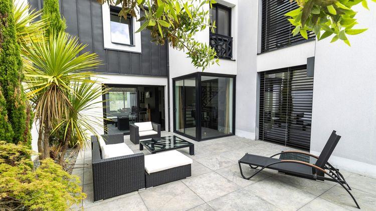 En rez-de-chaussée, patio de 55 m2attenant à l'espace de vie.