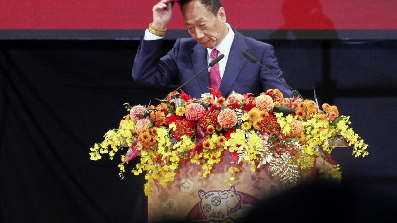 La transition s'opère à un moment clé pour Foxconn, alors que le groupe taïwanais est pris en étau dans les tensions sino-américaines