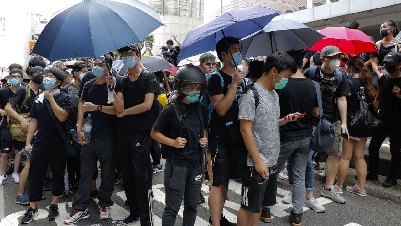 Des manifestants se sont regroupés ce vendredi près du quartier général de la police