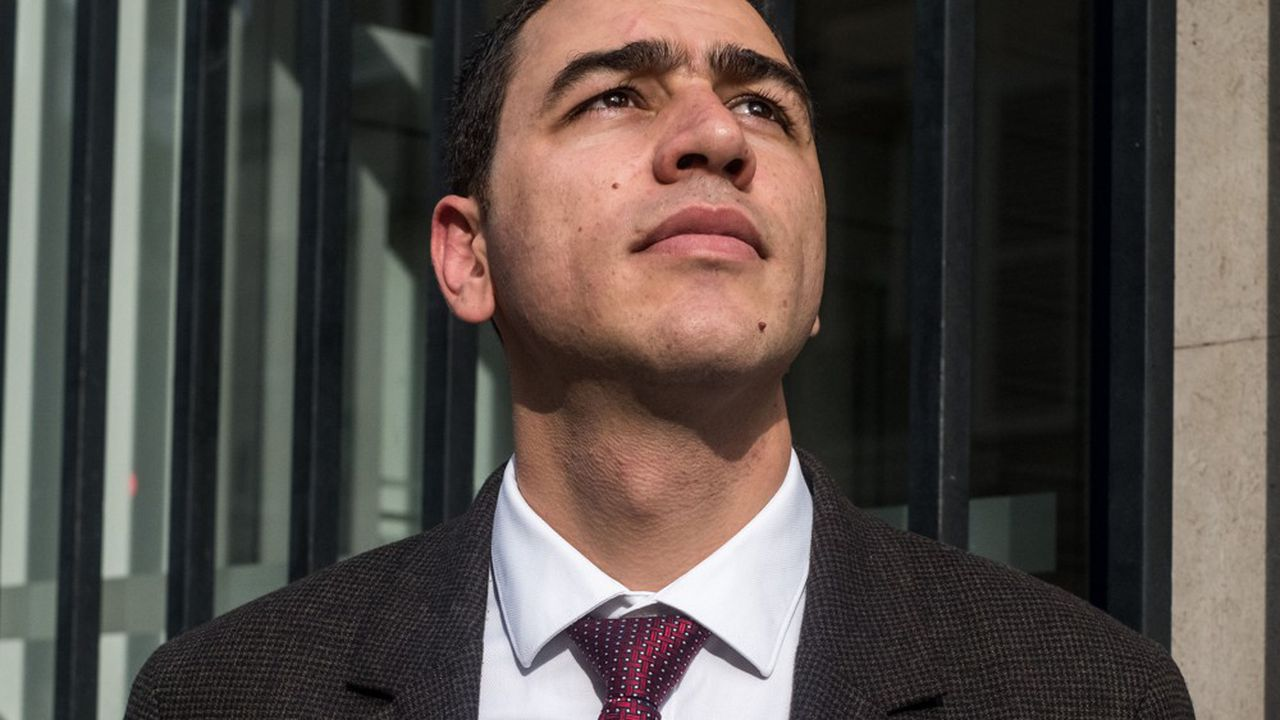 Journaliste en Syrie, Mooaoya Hamoud s'est refugié en France en 2015. Après avoir bénéficié d'un cursus spécifique à l'ESSEC, il a pu intégrer l'Ecole supérieure de la banque (CFPB). A sa sortie, il a été embauché par LCL.
