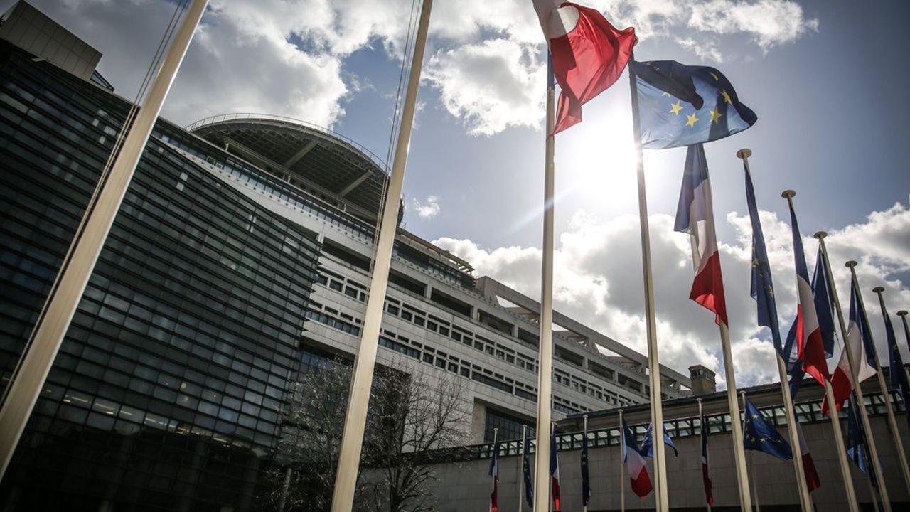 Après le report de la baisse d'IS pour les grands groupes en2019, Bercy planche sur une nouvelle trajectoire compatible avec les objectifs de déficit transmis à la Commission européenne en avril.