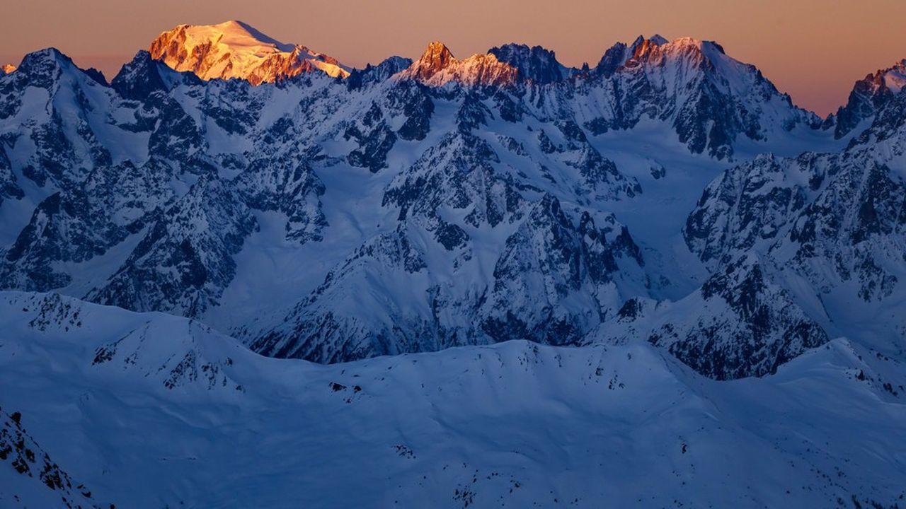 Le maire de Chamonix-Mont-Blanc veut porter plainte contre 'les auteurs de cet atterrissage sauvage'.
