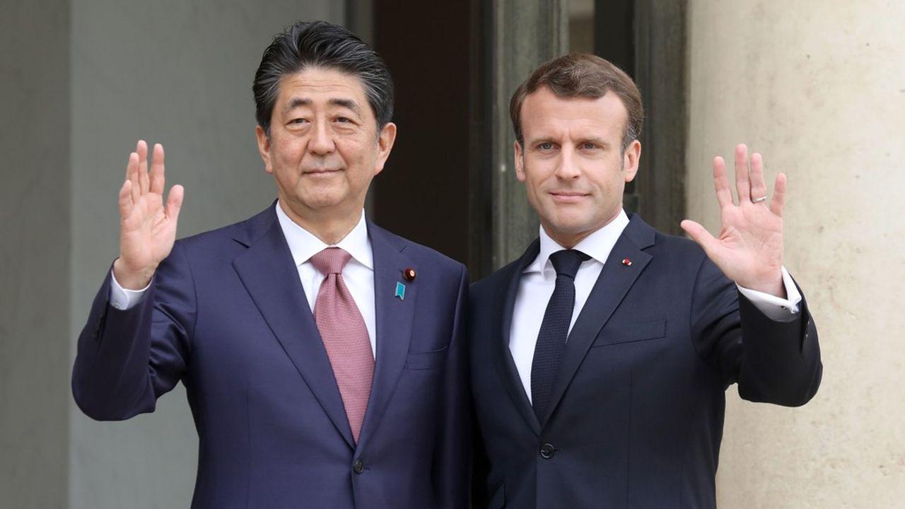 Emmanuel Macron (alors ministre de l'Economie) et Shinzo Abe, qui était déjà au pouvoir en 2015, vont tenter, ce mercredi à Tokyo, de mettre en scène une plus grande proximitésur les grands dossiers diplomatiques.