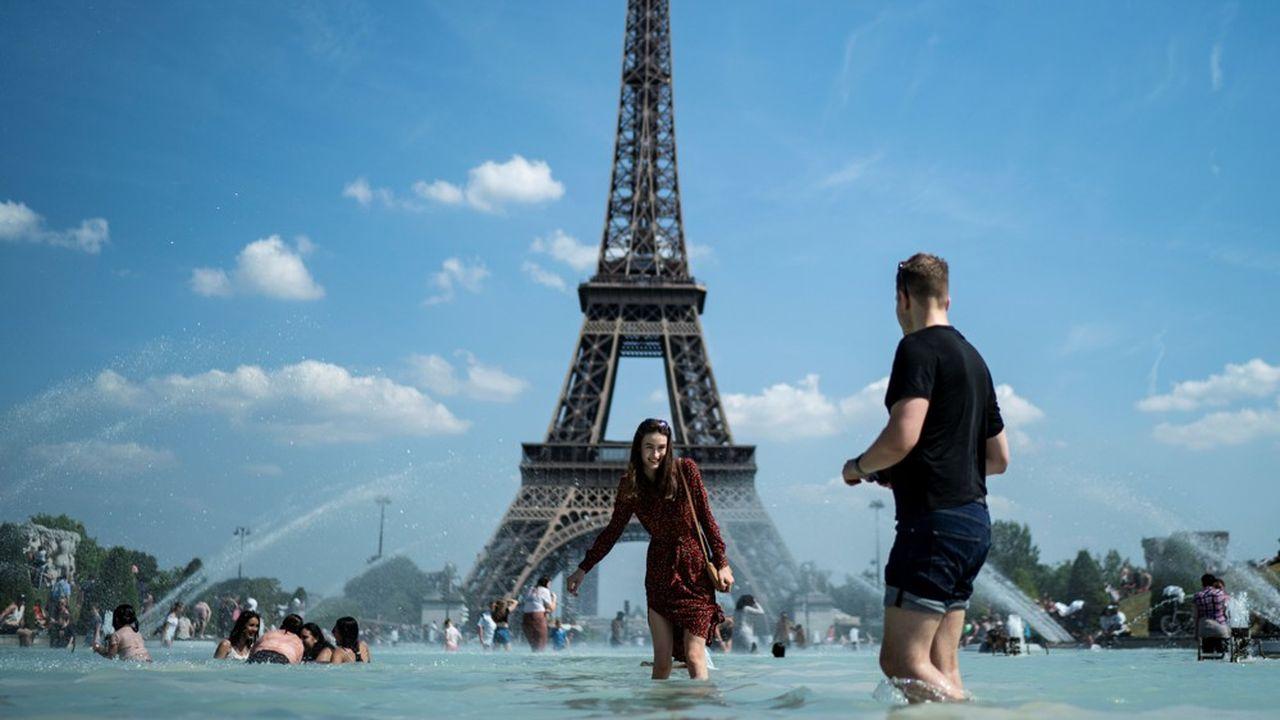 Quatre ans après la signature de l'Accord de Paris, une vague de chaleur frappe la capitale dès le mois de juin.