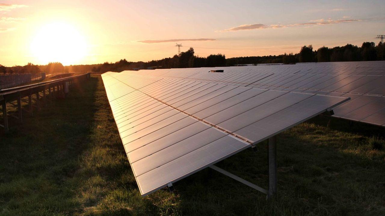 La SNCF signe avec le développeur Voltalia un contrat pour acheter, pendant vingt-cinq ans, la production de trois nouveaux champs solaires qui seront construits sur 136 hectares dans le Gard et le Var, pour une puissance totale de 143 mégawatts.