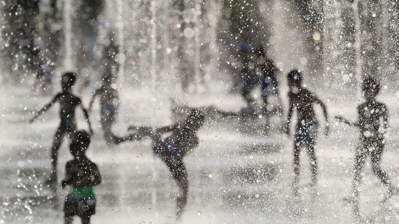 Des enfants jouent dans l'eau à Nice, touchée par la canicule, le 26juin 2019