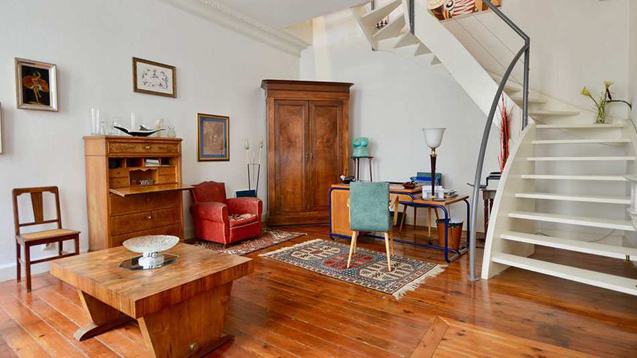 Situé à Bordeaux, proche du cours du Chapeau Rouge, cet appartement de 145 mètres carrés, au style art déco, comporte quatre pièces dont deux chambres réparties sur trois niveaux.