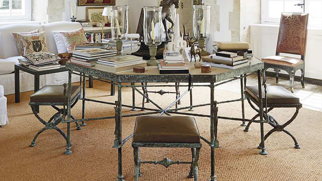 Hubert de Givenchy met en vente une série de commandes qu'il a faites à Diego Giacometti entre 1970 et les années 1980 poursa propriété, le manoir du Jonchet dans le Val de Loire.