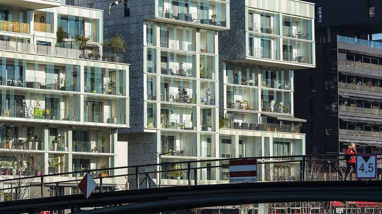Immeubles neufs d'habitation le long de la darse.