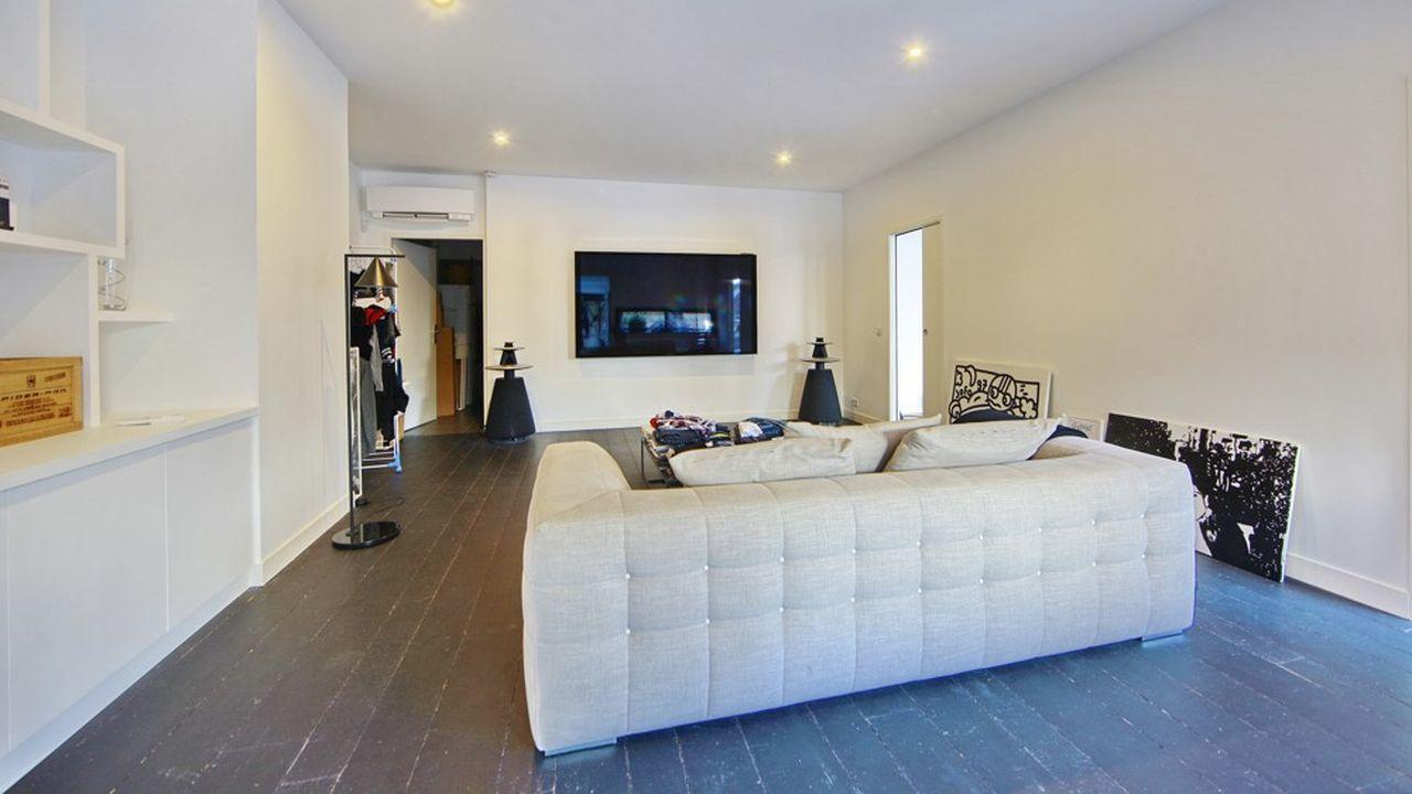 Le premier niveau se compose d'un vaste salon/salle à manger avec cheminée de plus de 80 m2, d'une cuisine atelier entièrement équipée, d'un salon TV, d'une suite parentale de 50 m² avec un dressing et une salle de douche. Une seconde chambre avec un dressing et une salle de douche complète ce premier niveau.