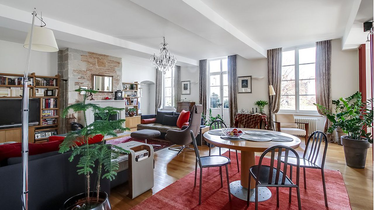Au cœur de Nantes, ce très bel appartement bourgeois, de 145 mètres carrés, est situé au 2ème étage (sur trois) d'un immeuble de caractère du XVII° siècle.