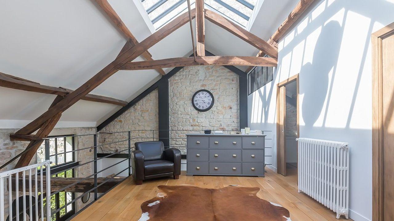 Au premier étage, la mezzanine de 13 m2 dessert une suite parentale de 35 m2 avec salle d'eau, ainsi qu'une chambre d'enfant de 10 m2 et une salle d'eau indépendante.