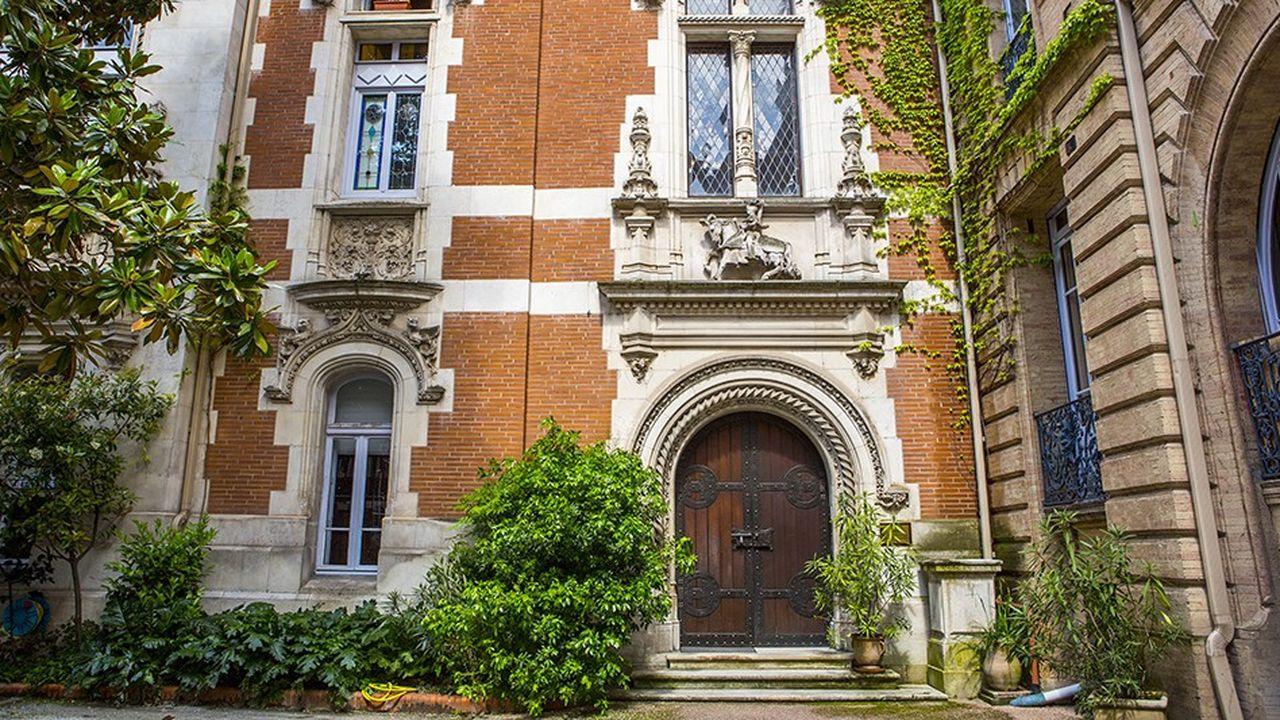Ce loft de 135 mètres carrés, 4 pièces dont 3 chambres, est situé au cœur de Toulouse (31000), à proximité du métro Jeanne d'Arc et des commerces.