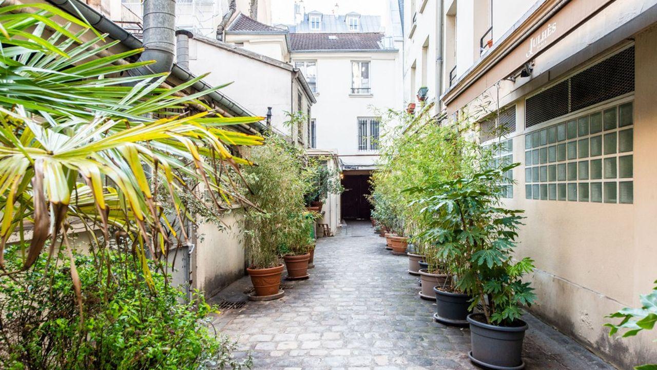 Dans un immeuble fin XIXe en pierre de Paris, l'appartement se situe dans le très en vogue 10e arrondissement, non loin des Grands Boulevards.