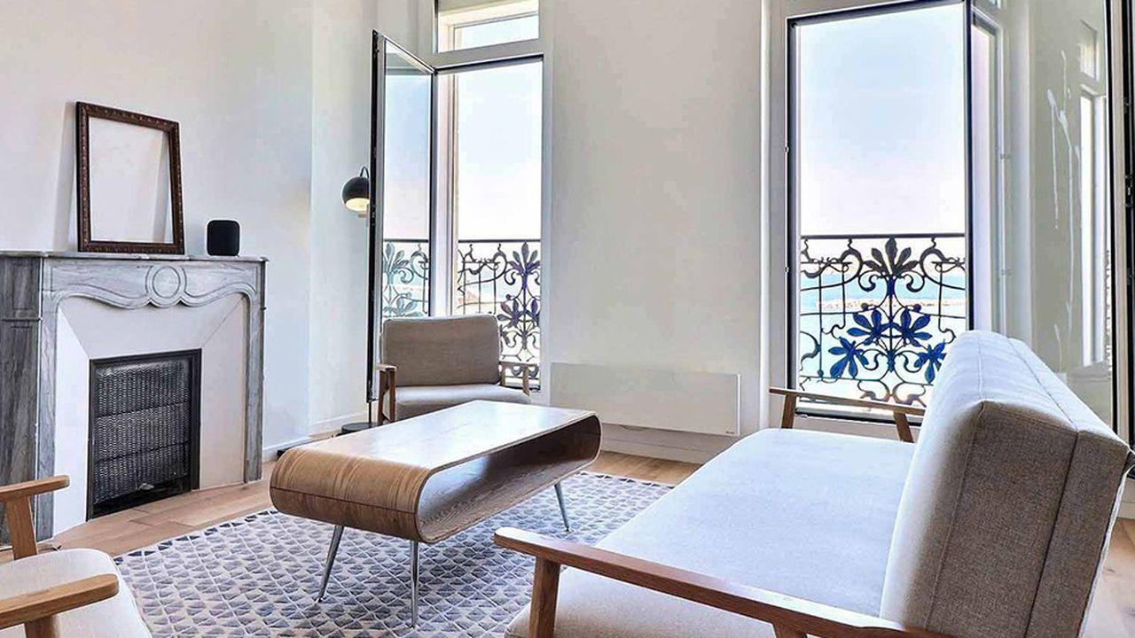 Ce duplex de 4-pièces en dernier étage offre un balcon sur la mer.