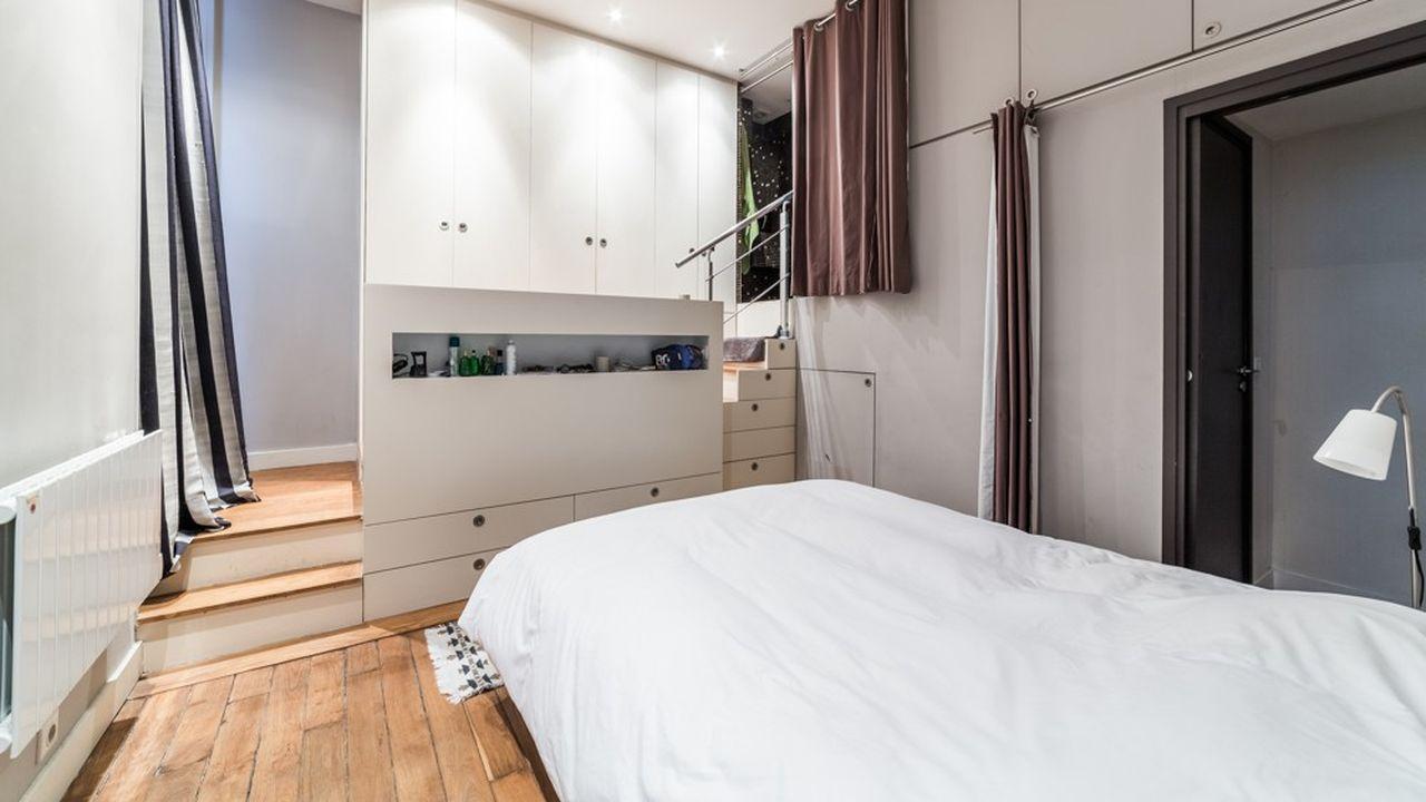 Chambre de 13 m2 avec un dressing et une salle de bain attenants.