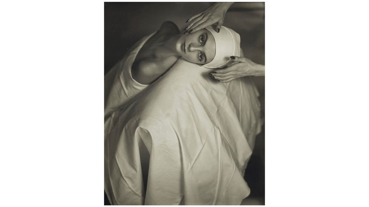 HORST P. HORST , Carmen (Face Massage), New York, 1946, tirage argentique / gelatin silver print, 25.5 x 20.5 cm. (10 x 8 in.), Estimation : 8,000-12,000 €
