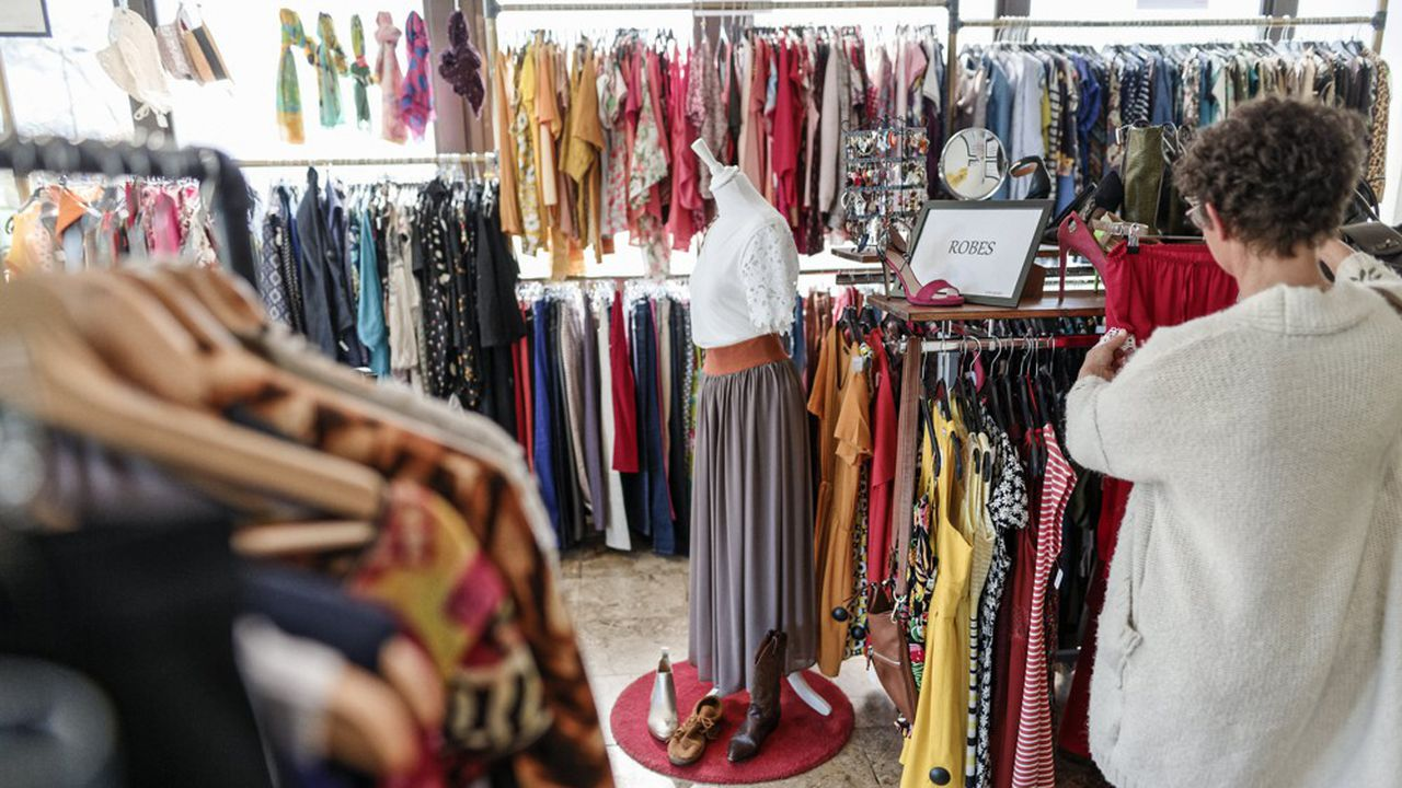 Seconde main comme dans cette boutique de Bordeaux, recyclage ou dons, prolonger la durée de vie des vêtements est un des moyens pour limiter l'impact des invendus du secteur sur l'environnement.