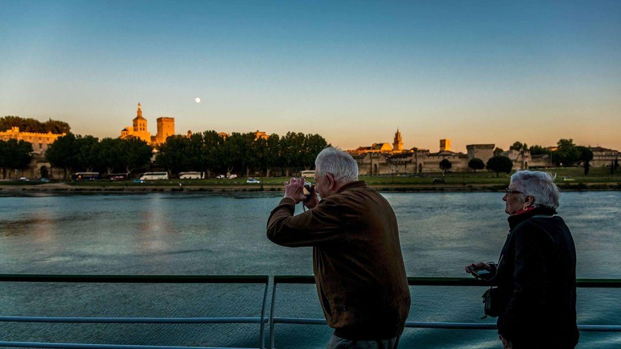 Le «slow tourisme» est en passe de devenir un véritable phénomène sociétal. Les croisières fluviales en France (ici sur le Rhône aux abords d'Avignon) occupent désormais une place sans cesse grandissante, à tel point que Lyon en est devenu la capitale française.