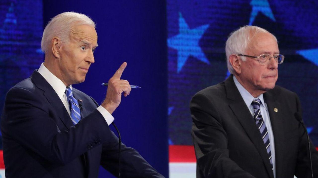 Joe Biden (à gauche) s'exprime, à côté de Bernie Sanders, lors du deuxième débat entre opposants démocrates, en vue de l'élection présidentielle américaine