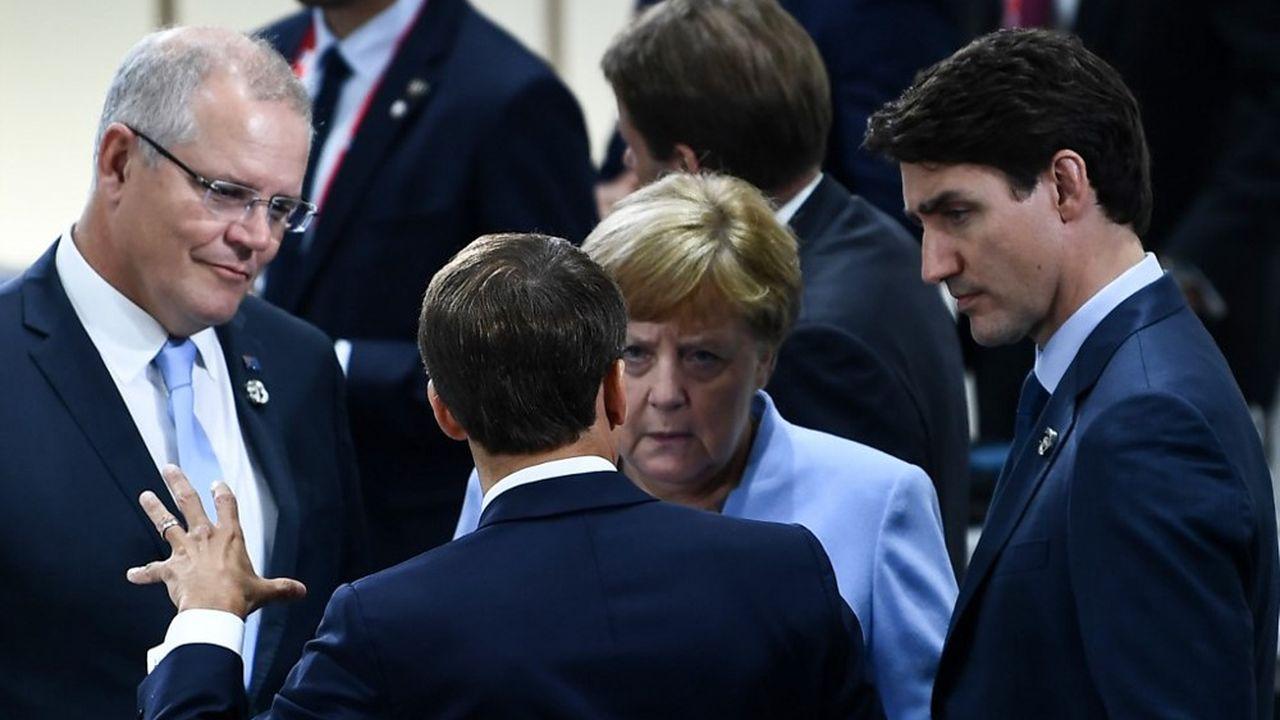 Emmanuel Macron discute avec le Premier ministre australien Scott Morrison, la chancelière Angela Merkel et le Premier ministre canadien Justin Trudeau, au G20 d'Osaka.