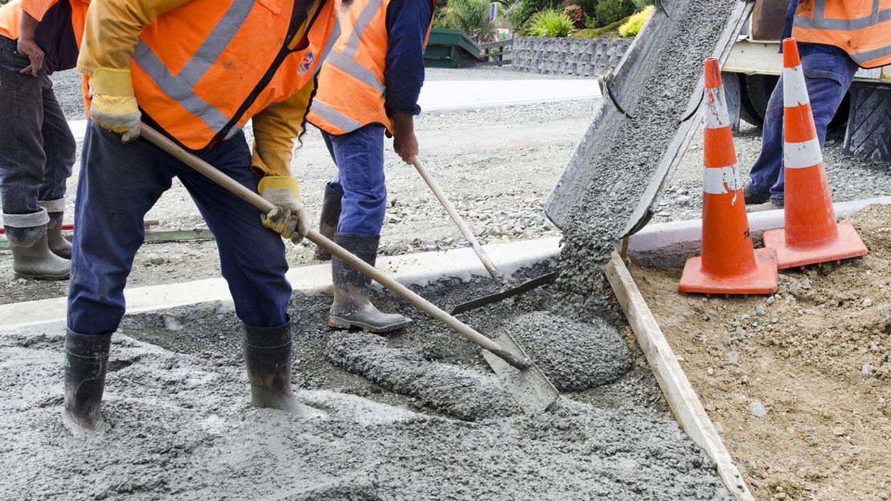 Certains chantiers sont déjà à l'arrêt, par exemple un tronçon de route nationale à Toulon qui a été fraisé et n'a pas de bitume pour son resurfaçage. En attendant, on ne pourra rouler dessus qu'à vitesse réduite.