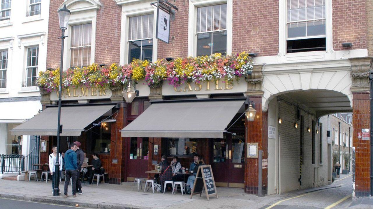 Les Britanniques sont encore nombreux à prendre un verre au pub à la sortie du travail.